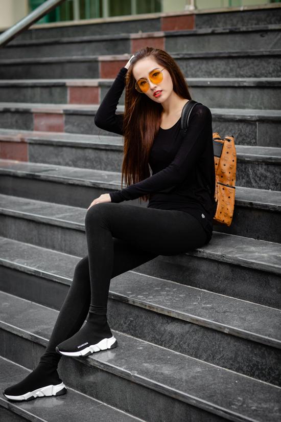 Vốn là một tín đồ hàng hiệu, Hoa hậu đi giày thể thao 13 triệu, đeo balôhơn 20 triệu và kính mắt hơn 10 triệu đồng. Những món phụ kiện này