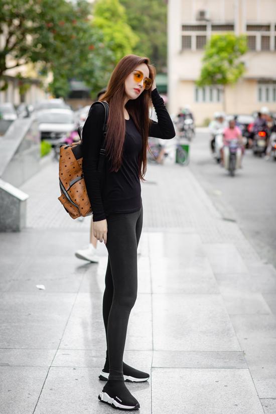 Cuối tuần qua, Mai Phương Thuý xuống phố với bộ đồnhư đi tập gym. Cô mix áo thun dài tay màu đen với quần legging,triệt để khoe đôi chân dài miên man.