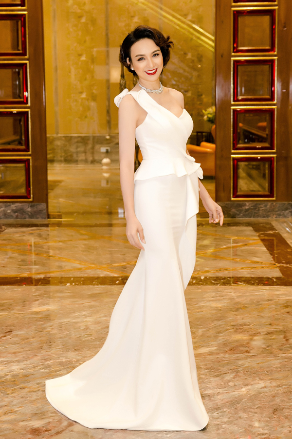 Từ khi đăng quang Hoa hậu Du Lịch Việt Nam 2008, Hoa hậu Ngọc Diễm luôn trung thành với tóc dài. Đây là lần đầu tiên cô đủ dũng cảm cắt tóc để làm mới mình với hình ảnh cá tính hơn. Trong sự kiện cuối tuần qua, người đẹp kết hợp mái tóc ngắn xoăn nhẹ với đầm đuôi cá màu trắng.