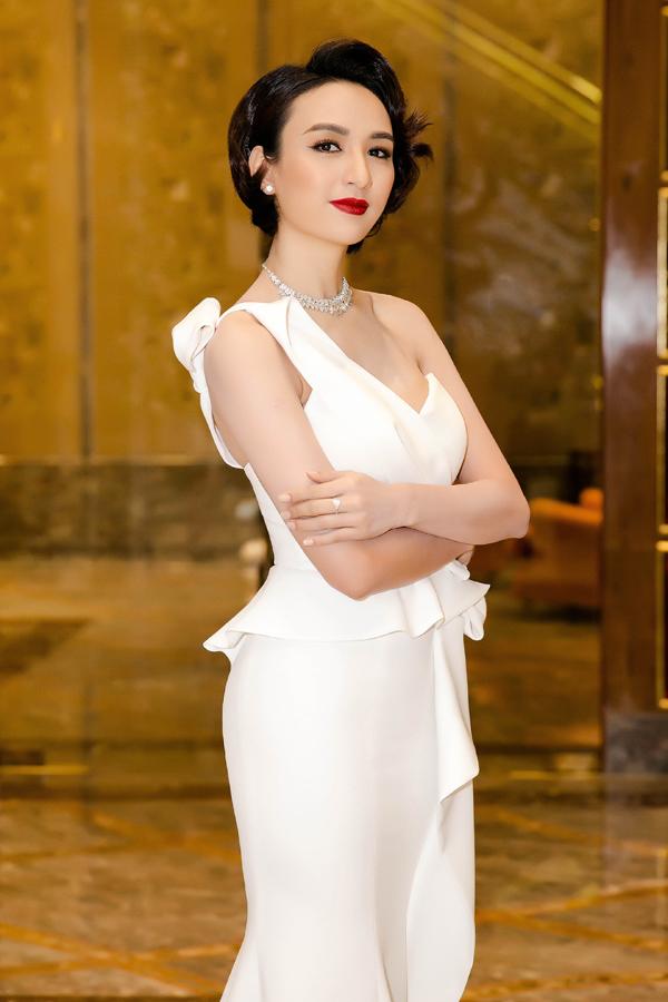 Cuối tuần qua, Hoa hậu Ngọc Diễm gây chú ý khi xuất hiện với mái tóc tém uốn xoăn nhẹ. Người đẹp chia sẻ, đây là lần đầu tiên cô đảm nhận vai trò MC kể từ khi cắt phăng mái tóc dài.