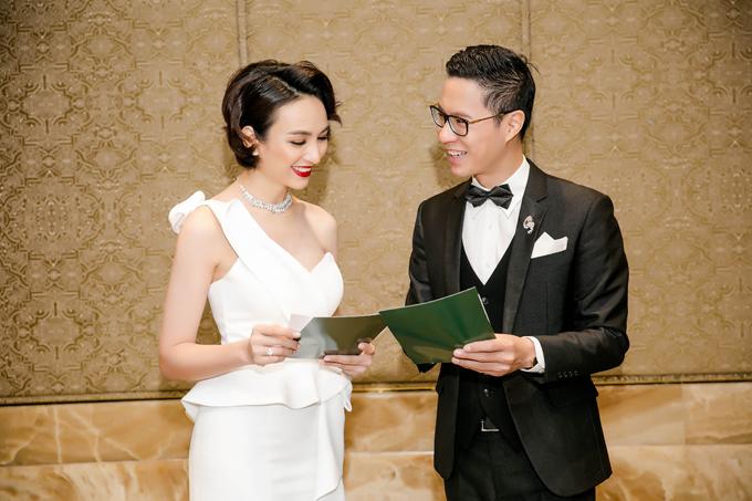 Ngọc Diễm và Anh Quân rôm rả bàn luận về kịch bản trước khi lên sân khấu.Đây là lần đầu tiên kể từ đêm chung kết Hoa hậu Hoàn vũ Việt Nam diễn ra hồi đầu năm, Ngọc Diễm xuất hiện trước công chúng trong vai trò MC.