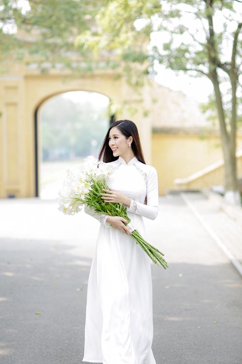 Áo dài sắc trắng không chỉ gợi sự liên tưởngvẻ đẹp trong sáng, thuần khiết mà còn dễ dàng phù hợp với hầu hết nước da nên luôn nằm trong top được lựa chọn đầu tiên của các cô dâu. Đặc biệt, khi tổ chức hôn lễ vào mùa hè, bộ lễ phục truyền thống này còn rất hợp thời tiết, đem lại cảm giác mát mẻ, thoải mái.
