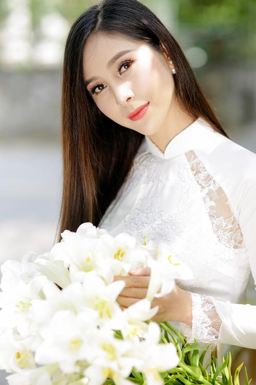 Thay vì thiết kế cầu kỳ, tà rộng, xếp ly, cô dâu nên chọn những kiểu áo dài gọn gàng cho đám cưới mùa hè. Trong đó, các điểm nhấn nổi bật được thể hiện ở họa tiết thêu hay cách kết hợp nhiều chất liệu. Áo dài lụa trắng pha ren là một gợi ý như vậy.