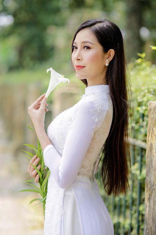 Phom áo chiết eo cao và kiểu 4 tà giúp từng bước đi của cô dâu thêm uyển chuyển, thướt tha.