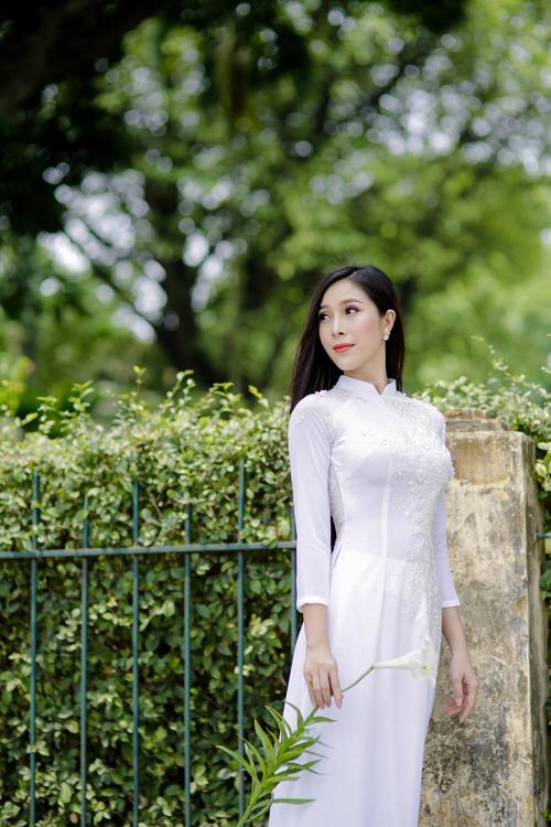 Một gợi ý khác là chiếc áo lụa trắng pha ren đính hoa nổi 3D giúp cho các nàng dâu có vóc dáng cò hương trở nên đầy đặn, có sức sống hơn.