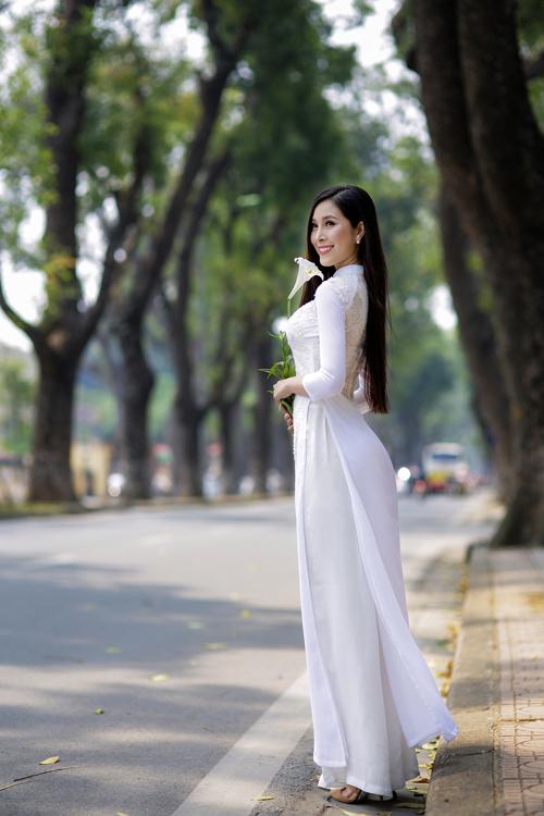 Áo dài lụa lưng ren là một thiết kế giúp cô dâu phô diễn được nét gợi cảm, quyến rũ nhưng vẫn vô cùng thanh lịch.
