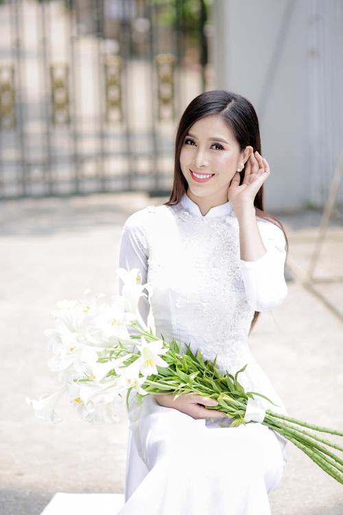 Kiểu tay áo 3/4 và cổ áo thấp không tạo cảm giác cô dâu bị lọt thỏm trong chiếc áo.