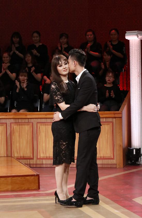 Cặp đôi ôm nhau sau khi kết thúc phiên tòa.