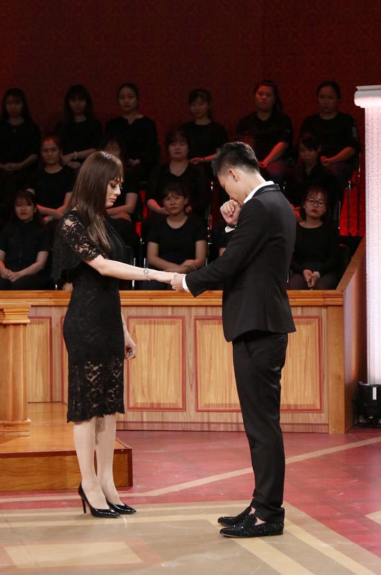 Chồng Lâm Khánh Chi nghẹn ngào khi thổ lộ tình yêu với vợ.