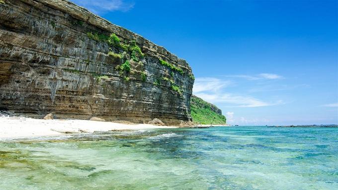 Đảo Lý Sơn xanh thẳm hoang sơ thu hút du khách đến tham quan và trải nghiệm..