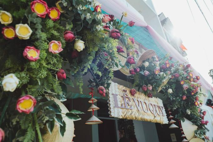 Cổng hoa tại nhà gái ấn tượng bởi hoa sen, nón lá và bảng hiệu làm từ mây tre đan. Những cánh hoa sen mang sắc trắng, hồng đan xen nổi bật.