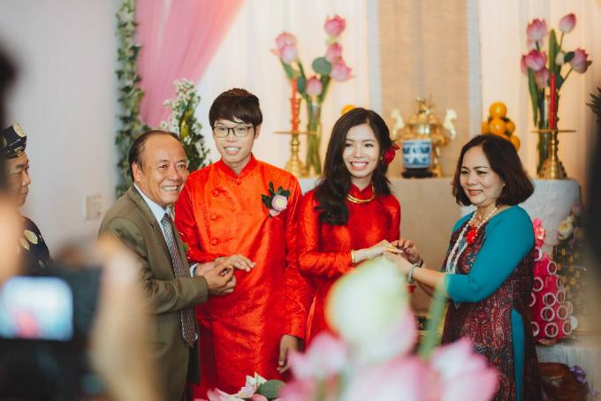 Sau đó, tân lang tân nương tiếp tục nghi lễ vái lạy bàn thờ Tổ tiên, trao hoa cưới, trao nhẫn, mừng rượu hai họ.