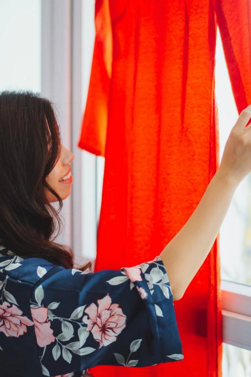 Cô dâu chọn áo dài đỏ thắm cho lễ vu quy diễn ra tại nhà gái.