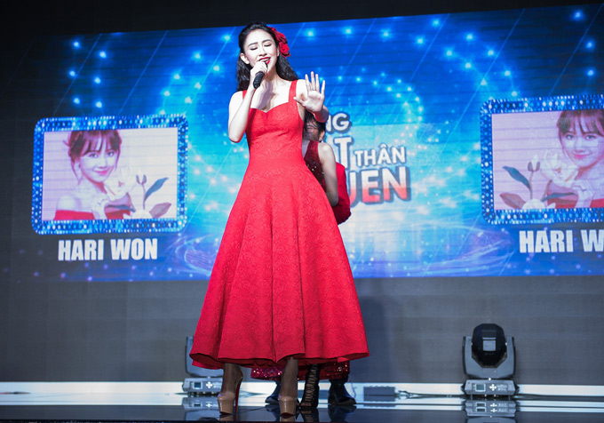 Quán quân Tình Bolero Hà Thu khoe giọng hát, hé lộ tiết mục hóa thân ca sĩ Hari Wonthể hiện bản hit Anh cứ đi đi tại buổi họp báo.