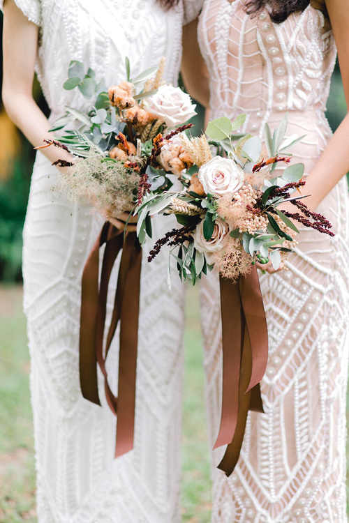 Hoa cầm tay của các phù dâu còn được gọi là bó hoa vĩnh cửu khi sử dụng nguyên liệu là những nhánh hoa sấy khô: bông lúa mì, lá ô liu, bạch đàn...