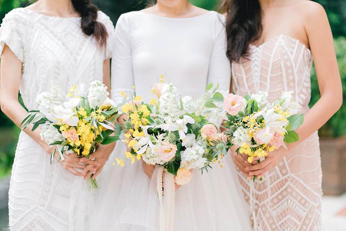3. Sắc màu ánh sáng và tươi vui: Những cành hoa lan vũ nữ với màu vàng nổi bật giống nhưtia nắng nhỏ len lỏi trong các khóm hoa lan tường, phi yến trắng và bụi lá xanh. Sự sinh động là điểm nổi bật trong những mẫu hoa cầm tay này.