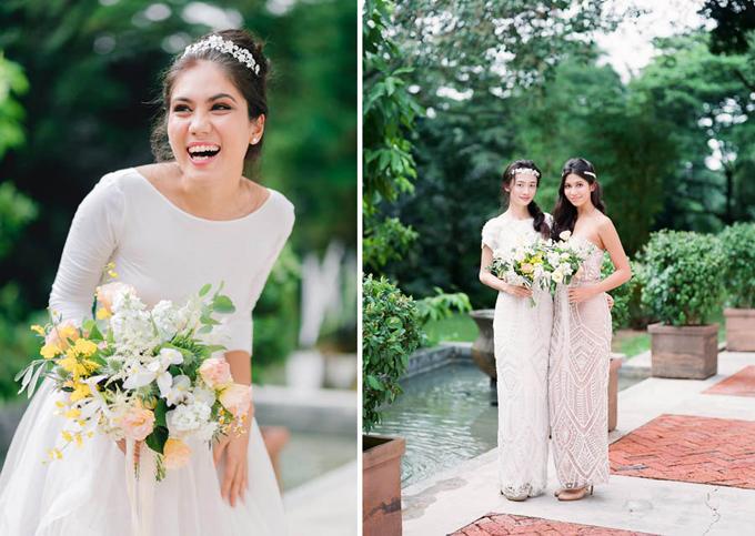 Chất liệu để tạo nên hoa cầm tay của cô dâu và phù dâu khá tương đồng. Điểm khác biệt là hoa của cô dâu có kiểu dáng tròn, xòe tự nhiên...