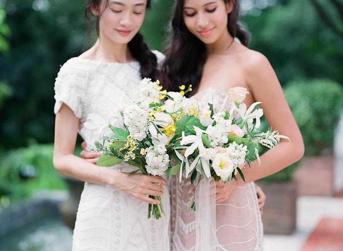 ... trong khi hoa của phù dâu được kết dáng dài, nhỏ gọn hơn.
