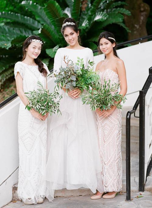 4. Gợi ý thân thiện cho ngân sách cưới: Hoa cầm tay không phải nhất định được tạo thành từ những bông hoa, có khi nó kết từ lá. Gợi ý này giúp bạn tiết kiệm được chi phí hoặc hoàn hảo với một đám cưới sân vườn mang màu xanh chủ đạo.