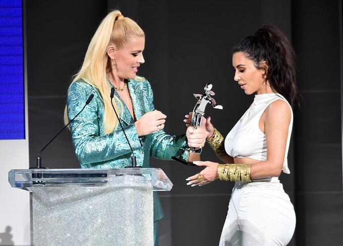 Kim được trao giải Nhân vật ảnh hưởng về thời trang của năm.