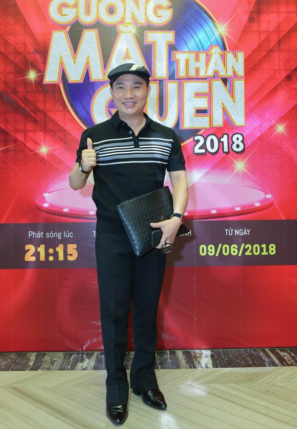 Ca sĩ Quang Linh mặc giản dị theo phong cách ông chú đi sự kiện. Anh là vị giám khảo thứ ba của Gương mặt thân quen 2018.