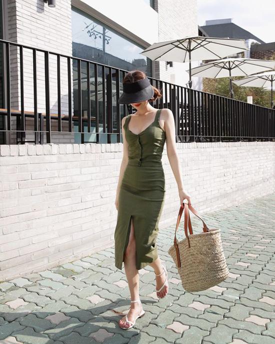 Váy hai dây, chân váy midi, short hay các kiểu cách cài nút kiểu cách đều có thể tạo nên sự kiên kết nhịp nhàng cùng các kiểu dép bệt quai mảnh.