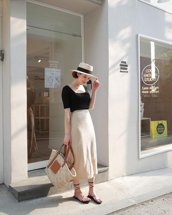 Những kiểu sandal cao gót, sandal đế thô nhường chỗ dép đế bệt, kết hợp cùng các loại quai mảnh. Đặc biệt, san đan dây quấn là sản phẩm được các tín đồ thời trang châu Á yêu thích.