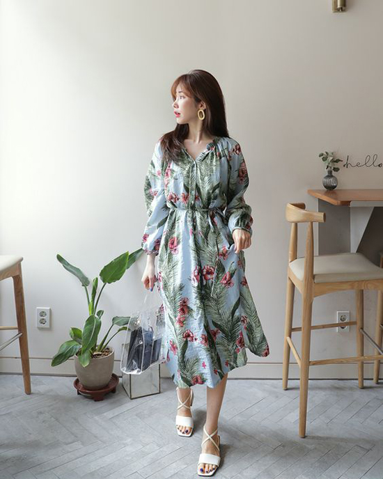 Váy họa tiết nhiệt đới, túi nhựa trong và sandal dây đan chéo được kết hợp để mang đến hình ảnh quý cô mùa hè đồng điệu cùng xu hướng 2018.