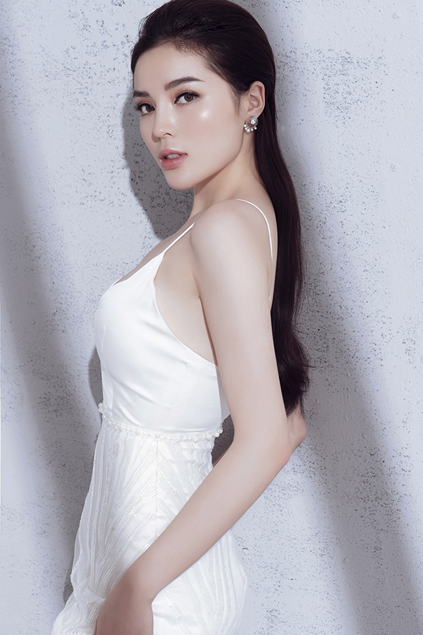 Chỉ sử dụng sắc trắng tinh khôi, nhưng nhà thiết kế đã khéo vận dụng sự sáng tạo để mang đến sự đa dạng trong các mẫu váy ở bộ sưu tập này.
