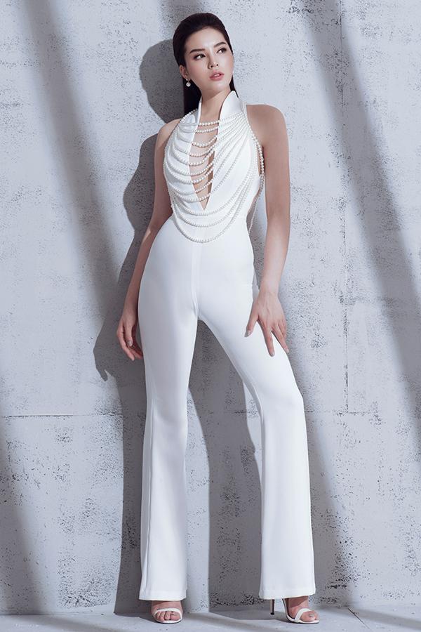 Sở hữu chiều cao 176cm cùng đôi chân dài giúp Kỳ Duyên trở nên thu hút hơn khi diện các mẫu trang phục gợi cảm và hiện đại.