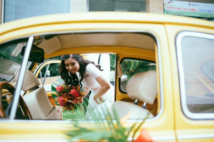 Đám cướidiễn ratheo truyền thống củangười miền Nam và tuân theo lễ nghi của đạo Cao Đài (ở Tây Ninh mọi người thường theo đạo này). Xe rước dâu là xe Volkswagencổ, được decor theo gam màu vàng xưa cũ, hơi hướng retro.