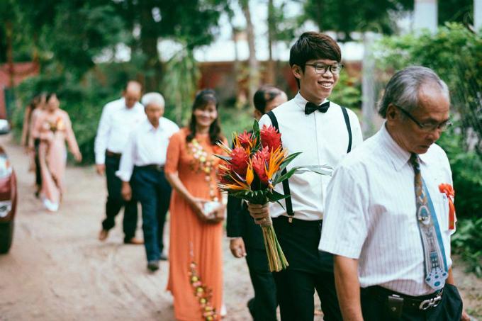 Hoa cưới chủ đạo là hoa thiên điểu, hạnh phúc, huệ đỏ và hồng. Trong đó loài hoa chủ đạo là thiên điểu (chim trời) mang ý nghĩa đôi tình nhân sẽ mãi bên nhau đến tận chân trời.
