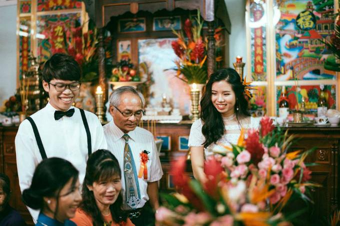 Lễ nghi trong đám cưới đơn giản vì các nghi thức khác đã được uyên ương thực hiện tại Huế. Cô dâu chú rể khấn vái cảm ơn Bác Hồ, lạy ông bà tổ tiên. Sau đó, cả hai mời rượu các bậc sinh thành, ông bà chú bác và nhận quà mừng từ dòng họ.
