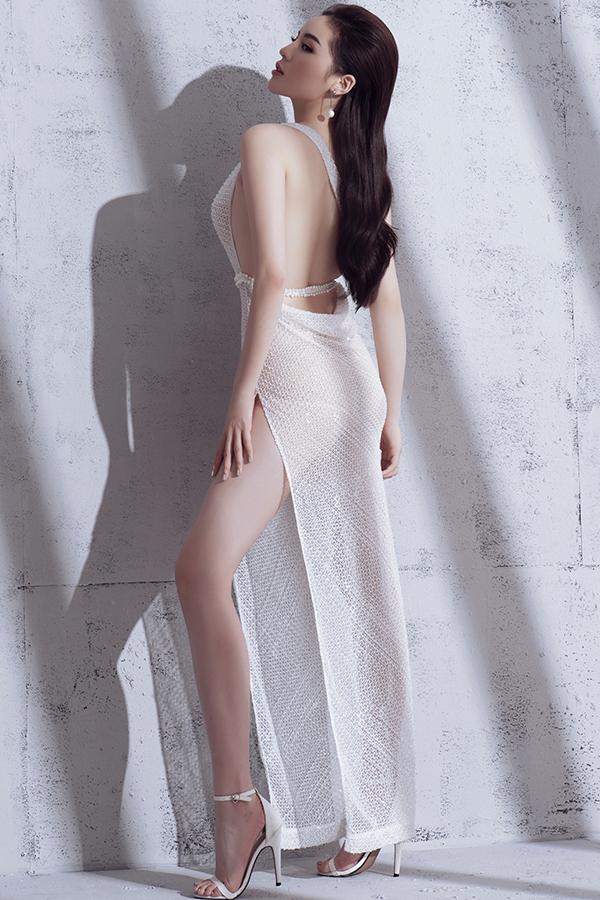 Nhận lời mời làm người mẫu cho bộ ảnh trang phục dạ tiệc, người đẹp Nam Định tự tin khi phô diễn đường cong trong các mẫu váy khai thác khoảng hở.