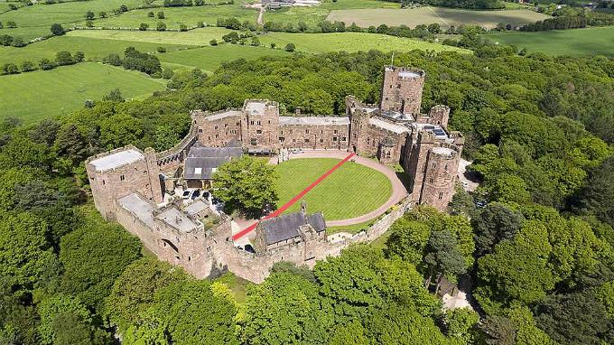 Quang cảnh lâu đài Peckforton trước giờ cử hành hôn lễ. Cả hai chọn tổ chức đám cưới tại Anh bởi cái nhìn của người Trung Quốc về hôn nhân đồng tính vẫn còn khá khắt khe.
