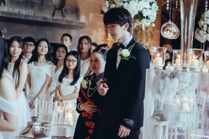 Cả hai còn thắp nến để không gian hôn lễ thêm phần lung linh. Dàn khách mời nữ diện váy trắngtheo chỉ dẫncủa 2 chú rể.