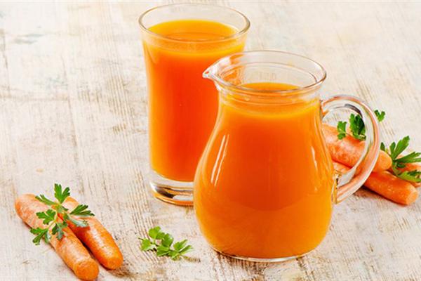 Uống nước ép cà rốt Nước ép cà rốt có rất nhiều công dụng với sức khỏe và nhan sắc.Nước ép cà rốtcó hàm lượng calo thấp, có chất chống oxy hóa, chất xơ, giúp tăng cường trao đổi chất, tốt cho hệ tiêu hóa và miễn dịch.