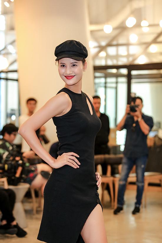 Hương Ly sexy với set đồ all black, thời gian qua cô luôn thể hiện sự phấn đấu và tham gia nhiều show diễn cũng như các buổi casting của nhiều nhà mốt trong nước.