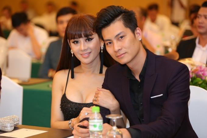 Vợ chồng Lâm Chi Khanh tình tứ bên nhau.