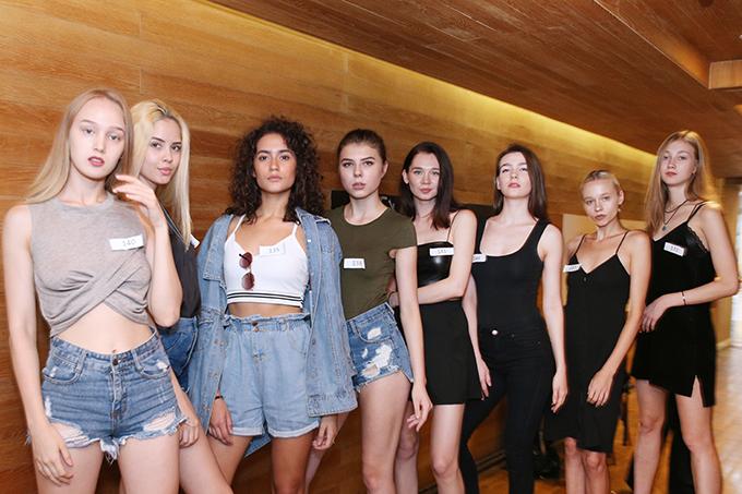 Xuất hiện trong buổi tuyển chọn người mẫu còn có sự tham gia của khá nhiều chân dài quốc tế.