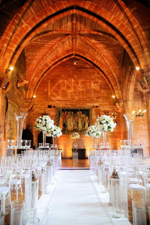 Không gian làm lễ lịch thiệp và sang trọng với màu trắng đến từ những trụ hoa hồng, ghế ngồi. Loài hoa chủ đạo trong đám cưới là hồng trắng tượng trưng cho tình yêu trong sáng, thuần khiết nhưng cũng rất bền vững.