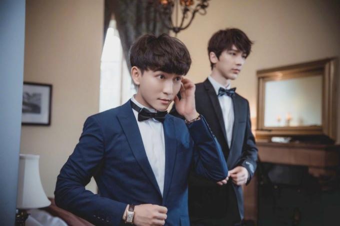 Cặp mỹ nam chuẩn bị trang phục trước giờ cử hành hôn lễ. Chú rể Kenny diện vest xanh dương còn Quintus diện vest đen.