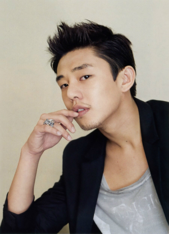 Yoo Ah In đoạt danh hiệu Ảnh đế trẻ nhấtBlue Dragon Awards khi chỉ mới 29 tuổi.