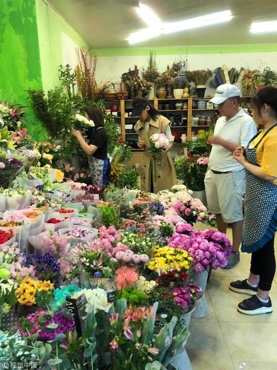 Một người dùng Weibo chia sẻ trên mạng xã hội rằng đã vô tình bắt gặp vợ chồng Lưu Đào - Vương Kha tại siêu thị, khi cặp đôi vào đó mua hoa tươi và sắm đồ đạc. Trong khi vợ loay hoay chọn hoa, Vương Kha kiên nhẫn đứng chờ. Từ một tứ đại công tử nổitiếng ăn chơi ở Bắc Kinh, sau biến cố phá sản, Vương Kha giờ đây thay đổi lối sống, anh dành nhiều thời gian hơn cho gia đình và thường đồng hành với vợ khi tham gia các chương trình truyền hình.
