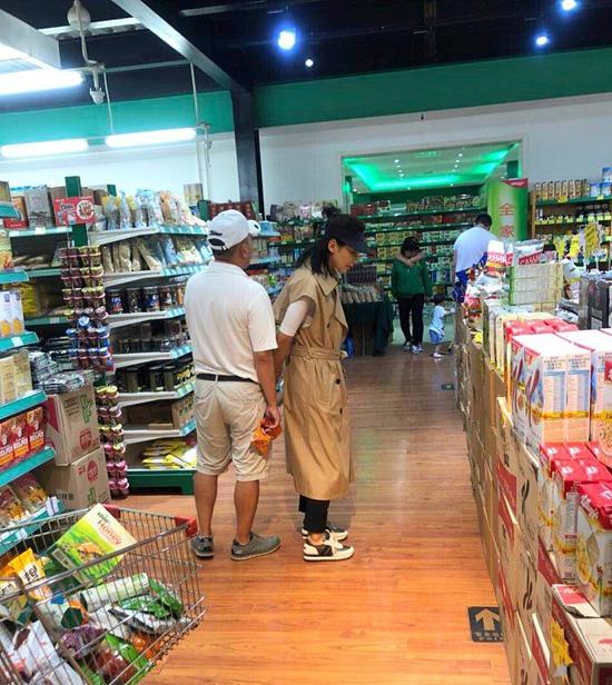 Nhân chứng tiết lộ, trong suốt buổi đi mua sắm, Vương Kha và Lưu Đào thường trực trong trạng thái nắm tay nhau. Một khán giả Sina viết: Khoảnh khắc bình dị, hạnh phúc của họ thật đáng ngưỡng mộ. Theo tờ QQ đưa tin mới đây, Lưu Đào đãhoàn thành việc trả nợ cho chồng 47 triệu USD, cô cũng lọt Top những nghệ sĩ kiếm tiền nhiều nhất trong giới giải trí Trung Quốc 2017. Để kiếm được tiền, có năm cô đóng tới 10 bộ phim.