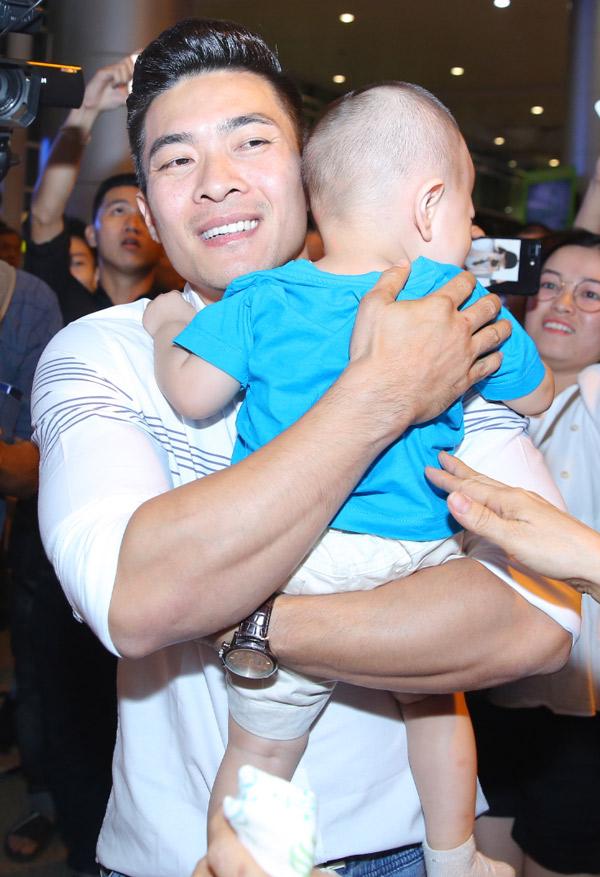 Quốc Cơ ôm chặt con trai cưng vào lòng.