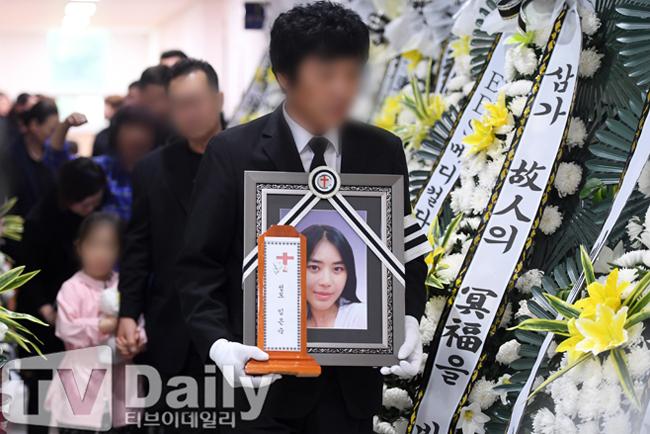 Lễ tang ca sĩ Lim Eun Sook diễn ra hôm 5/6 trong không khí u buồn.