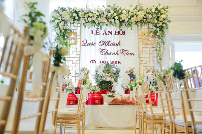 Khi đội ngũ wedding planner đưa ý tưởng lấy hoa sen trắng làm loài hoa chủ đạo thì gia đình của Quốc Khánh - Thanh Tâmrất thích, đặc biệt là mẹ chú rể bởi cô là một người phụ nữ Tràng An chính gốc.Hoa sen trắng mang ý nghĩa biểu tượng của sự thanh cao, thuần khiết, thánh thiệnvà nhẹ nhàng.