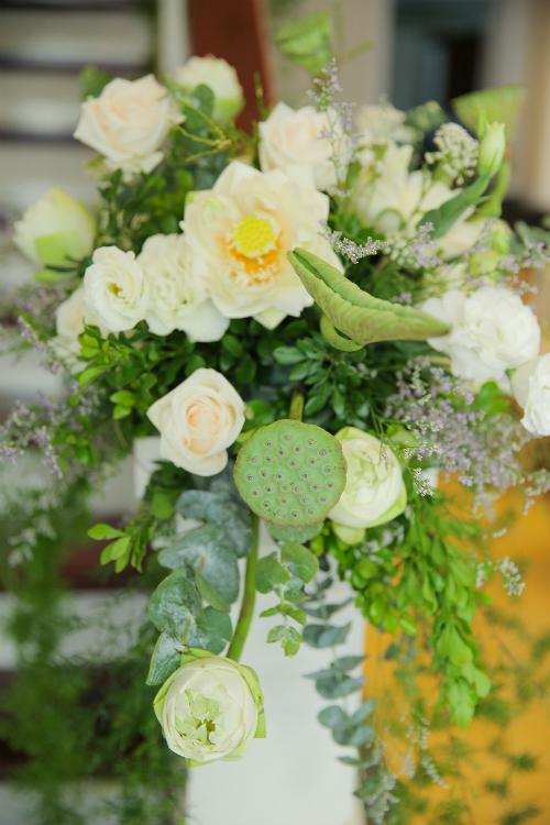 Trang trí lễ ăn hỏi bằng hoa sen là lựa chọn tuyệt vời, đem lại không khí truyền thống, gần gũi thân thuộc mà không mất đi sự hiện đại, tô thắm thêm cho ngày vui.