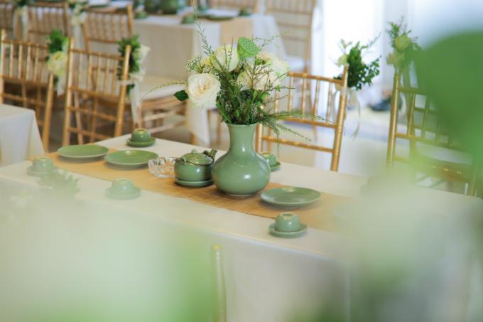 Mỗi chiếc bàn đều mang phong vị xưa cũ từ bộ tràsứ men xanh, khăn trải bàn màu vàng và không thể thiếu sự góp mặt của những lọ hoa sen trắng.
